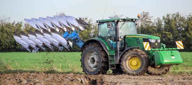 Ploegen en tarwe zaaien bij Hage